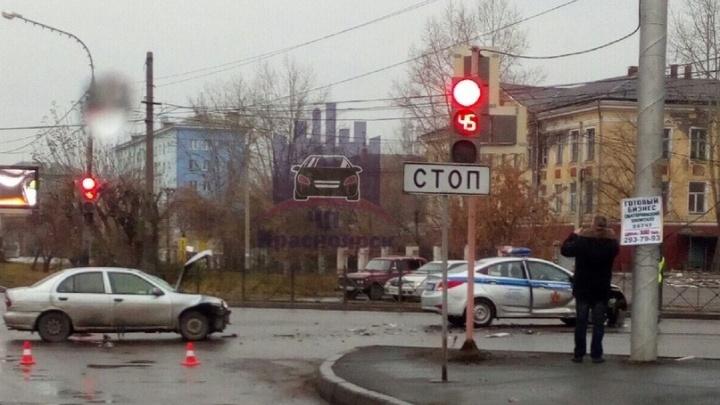 Молодой водитель проигнорировал патрульный авто с сиреной на перекрестке и протаранил его