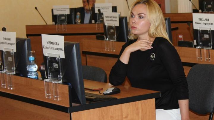 «Мне не стыдно»: в Ярославле депутат будет разгуливать по городу в розовом пеньюаре