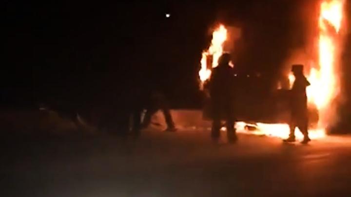 «Пытались сбить пламяснегом, огнетушителями»: на трассе Тюмень — Екатеринбург сгорела фура