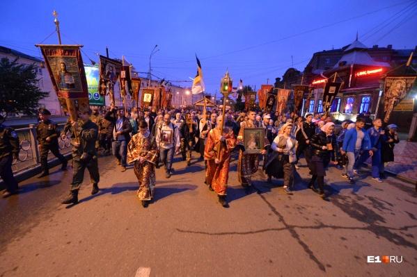 Самый массовый крестный ход на Урале посвящен памяти семьи Романовых