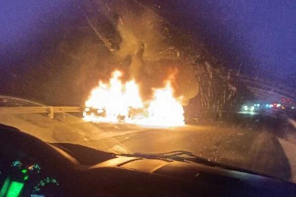 Жуткое зрелище: машины столкнулись и загорелись