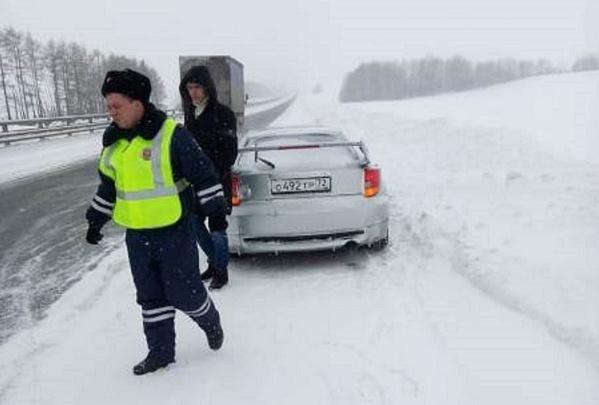 «Сидели в остывшей машине»: ДПСники помогли семье тюменца добраться до автосервиса в мороз и метель