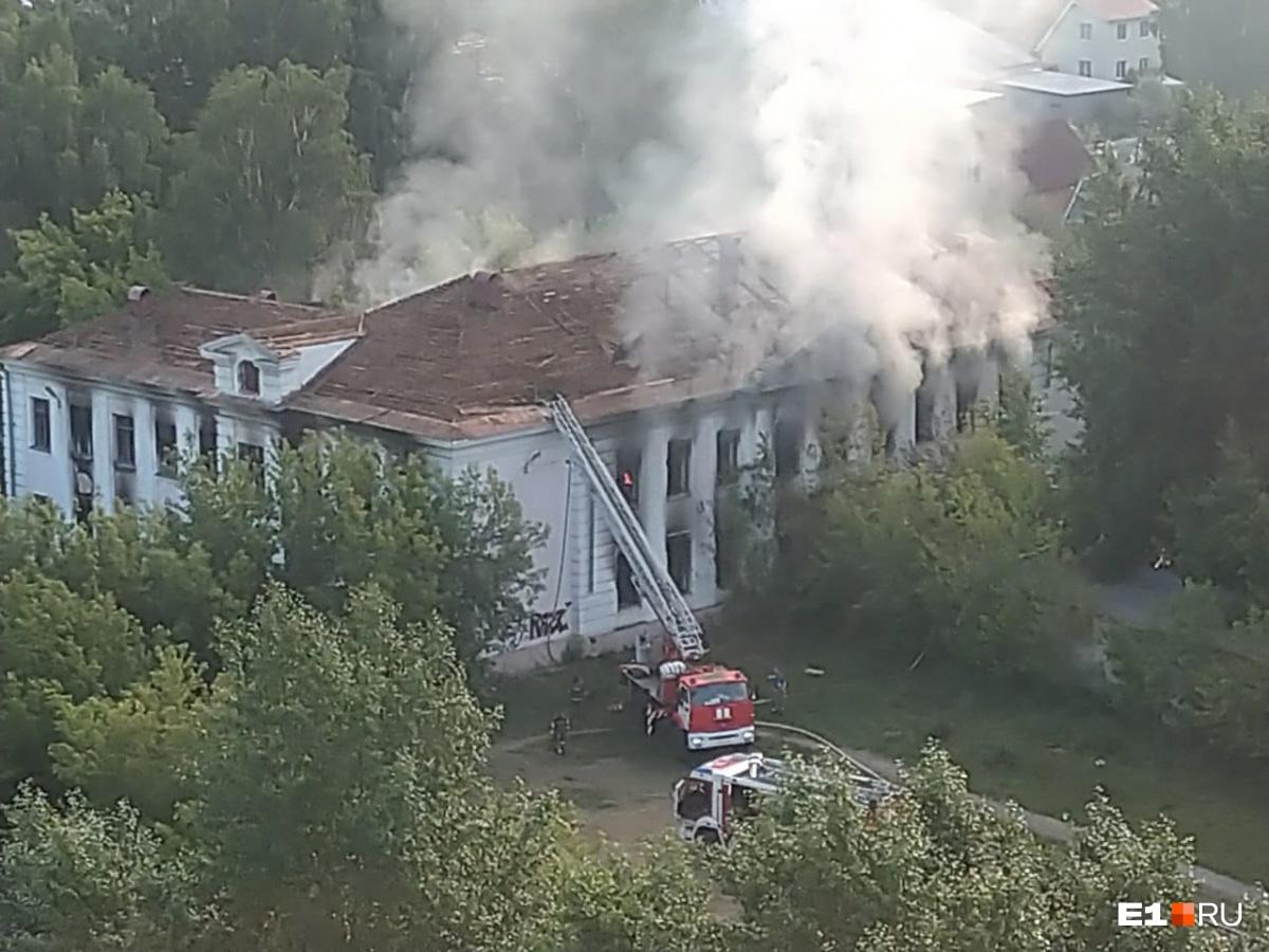 Пожарные приставили к крыше автолестницу