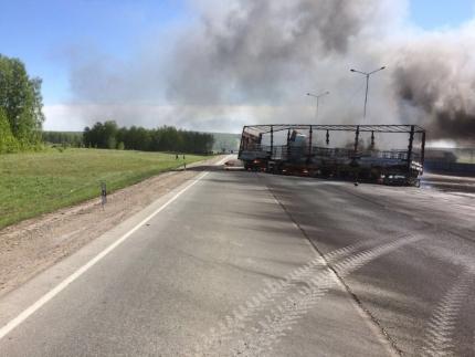 Федеральную трассу под Новосибирском перекрыли из-за горящей фуры