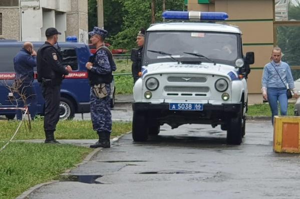 На месте убийства работало несколько десятков сотрудников полиции и Росгвардии