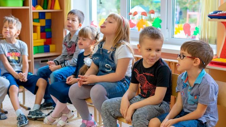 Стало известно, сколько денег будут ежемесячно получать от государства родители омских дошкольников