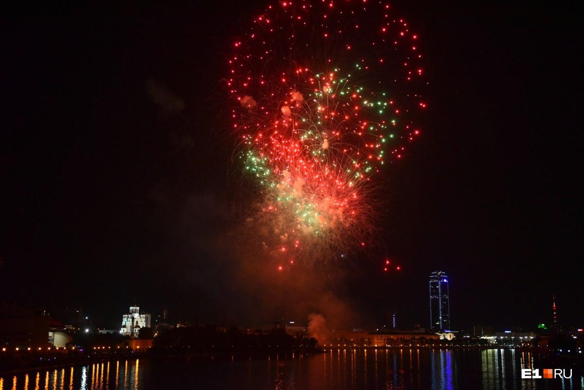 Короткий, но красивый: самые эффектные кадры праздничного салюта в Екатеринбурге