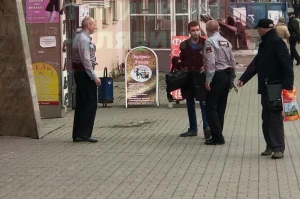Охранники вывели разбушевавшегося клиента банка на улицу
