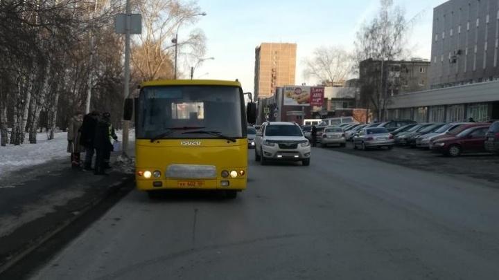 Две женщины попали в больницу с переломами после падения в екатеринбургской маршрутке