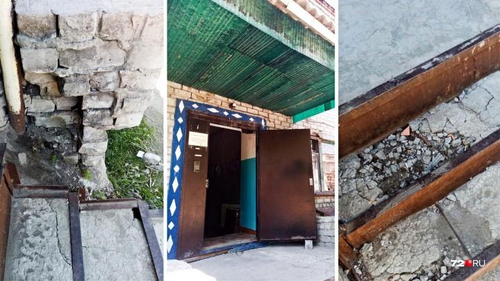 Фасад рушится, сквозь дырявую крышу дождь попадает в квартиры: когда отремонтируют дом на Невской