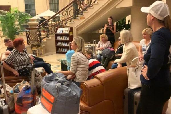 Туристов временно расселили по гостиницам, где никто не говорит по-русски