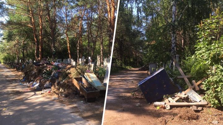 «От увиденного сердце не выдерживает»: самарцы просят вывезти мусор с кладбищ