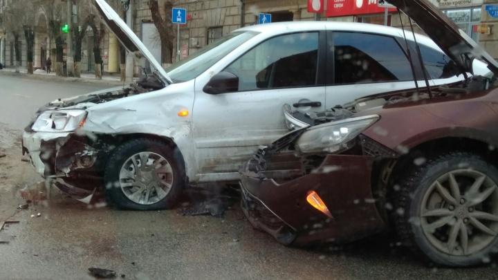 В центре Волгограда разбились «Лада-Гранта» и ToyotaCamry