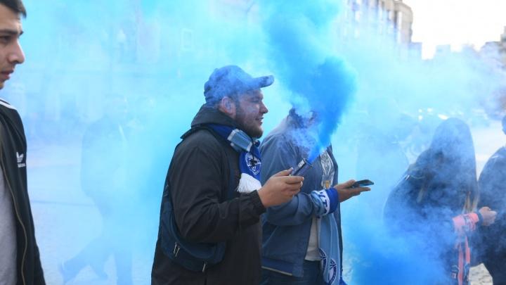 Кричалки, фаеры и флаги: футбольные фанаты устроили шествие от «Пассажа» до Центрального стадиона