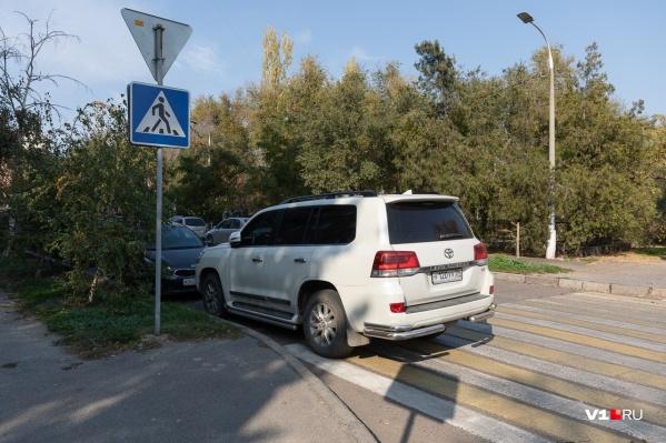 Отдельные волгоградские водители паркуются, как...