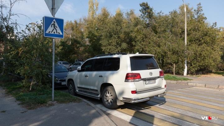 В два ряда на тротуаре: автохамы Волгограда оккупировали Чуйкова и набережную
