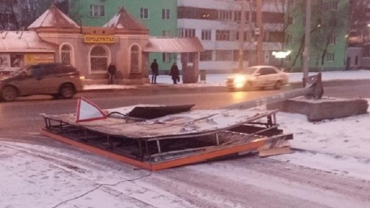 В Самаре на Димитрова на землю рухнул рекламный щит