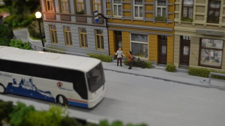 Екатеринбургские студенты построили двухметровый мини-город, в котором ездят поезда и автобусы