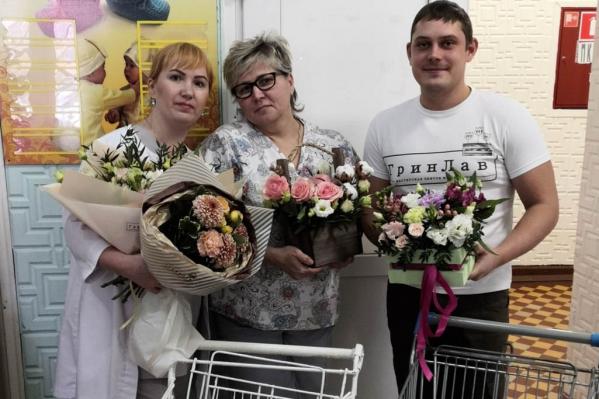 Флорист Дмитрий Комолов поздравил с Днём матери челябинских акушеров