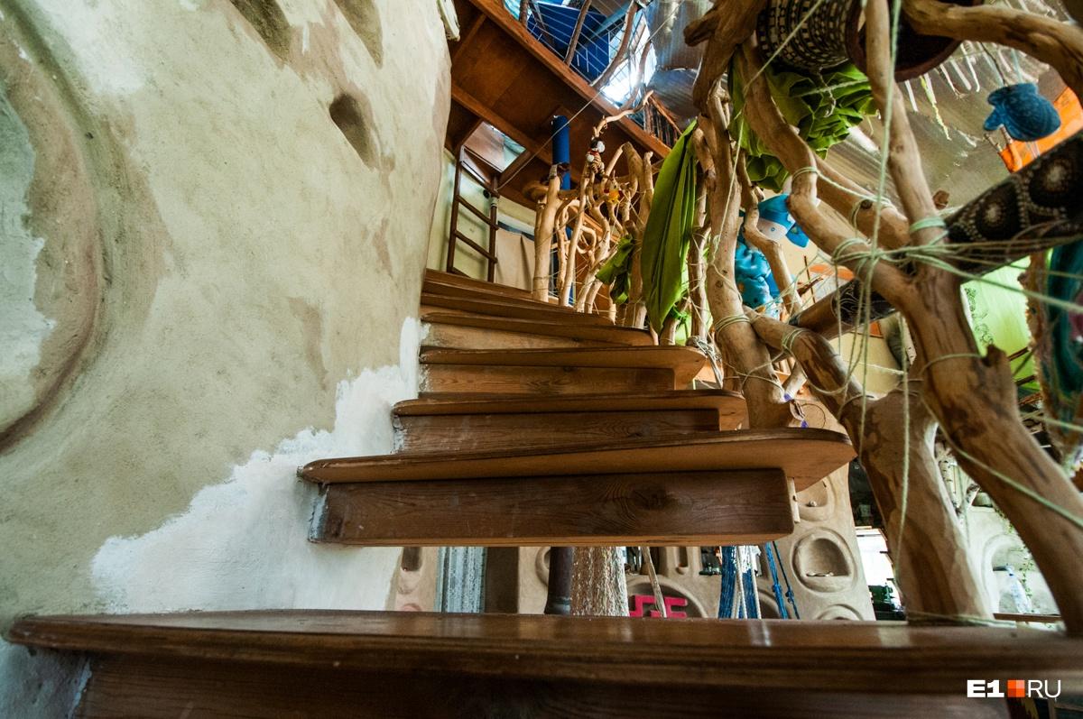 Скрипучая лестница сделана из сосны, а перила — из черёмухи