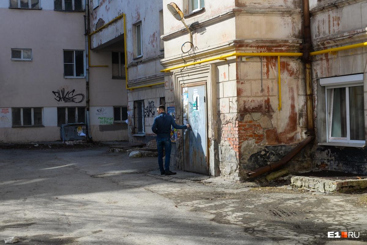 Желтые газовые трубы — снаружи, потому что внутри для них не запроектировали место