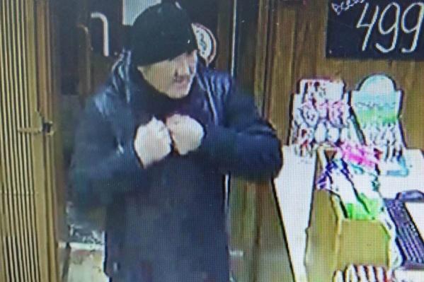 Полиция предполагает, что этот мужчина унес деньги из продуктового магазина