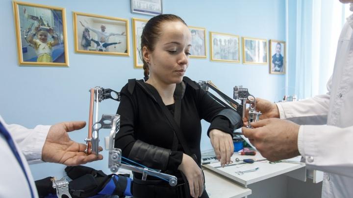 «А теперь давайте обниматься»: паралимпийской чемпионке по плаванию в Волгограде подарили «крылья»
