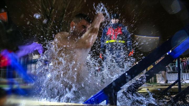 Вход к купели строго по одному, досмотр полиции и теплый дождь:как уфимцы отметили Крещение