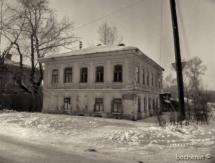 Дом стоит на перекрёстке Горького и Карла Маркса