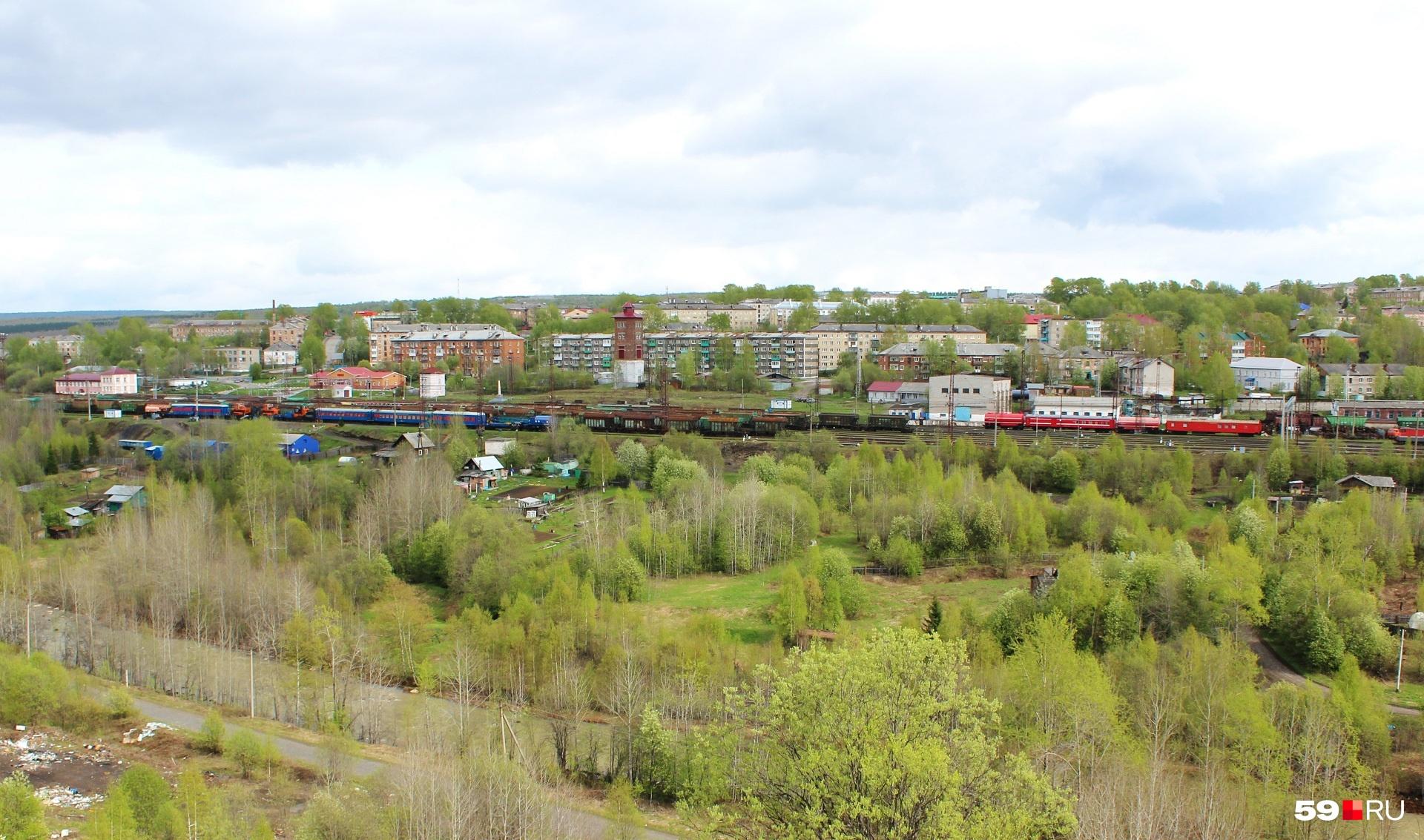 С горы видно, что движение по железной дороге вполне оживлённое, только всё транзитом