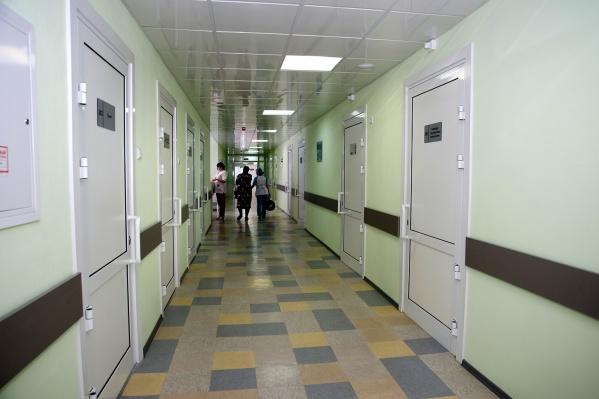 Буйный пациент бегал по больнице с ножом, выбил окно, а потом угнал машину скорой помощи