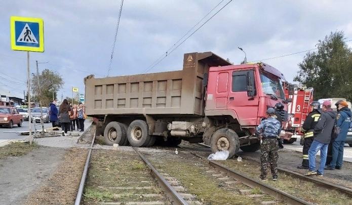 Врачи рассказали о состоянии челябинки, которую грузовик снёс вместе с остановкой