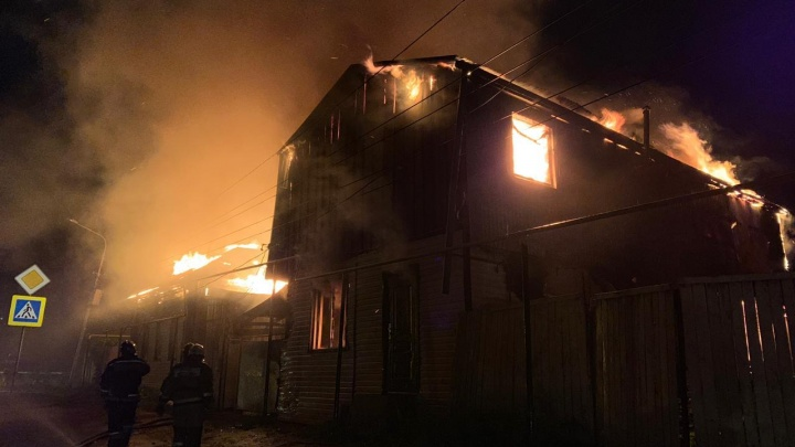 В Уфе ночью сгорели два дома