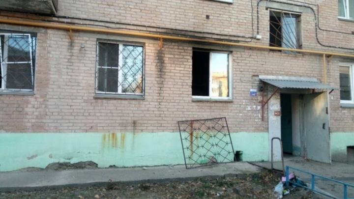 «Соседи отогнули решётку и помогли выбраться»: в Челябинске из пожара спасли женщину с ребёнком