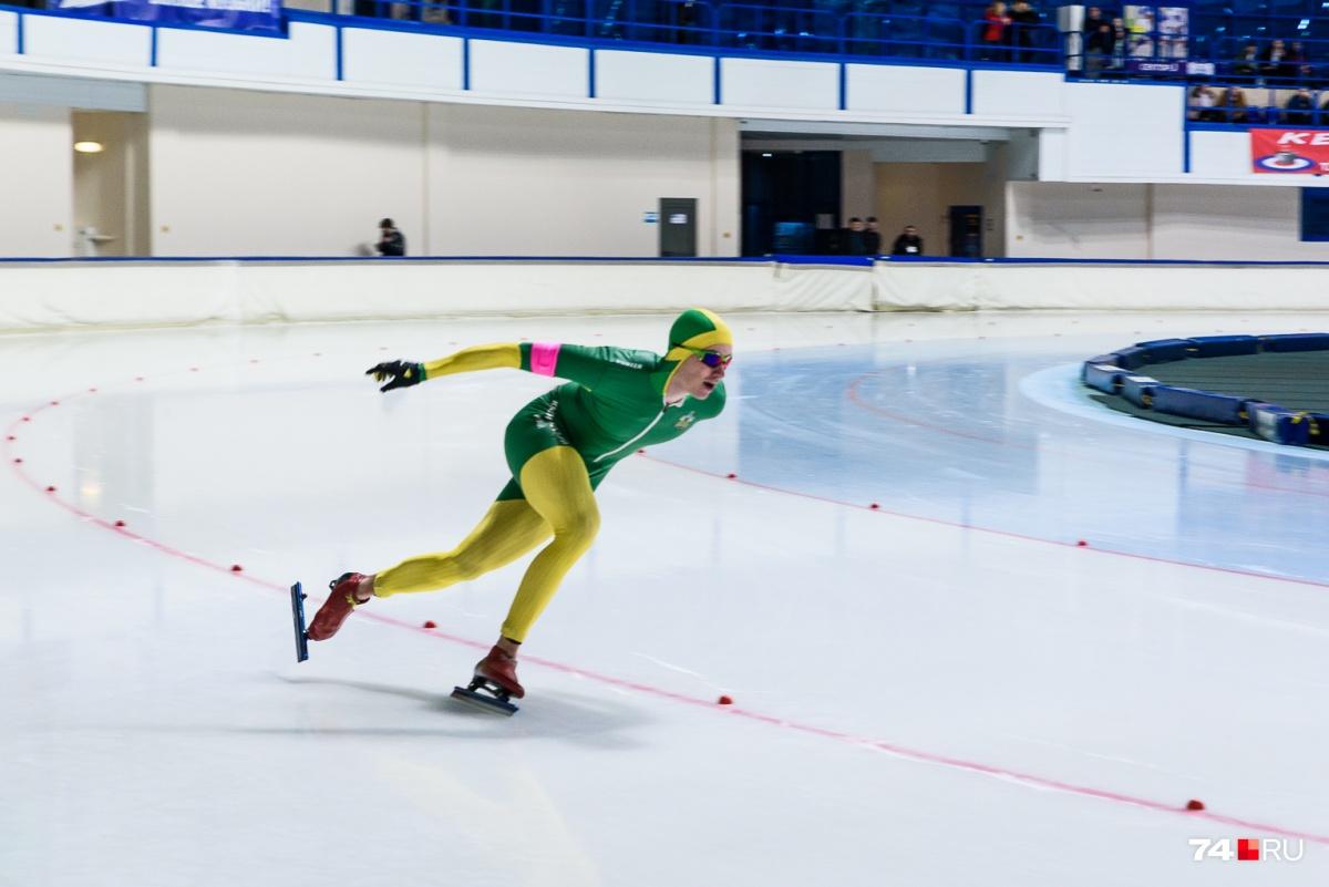 Чемпионат проводится по программам спринтерского и классического многоборья