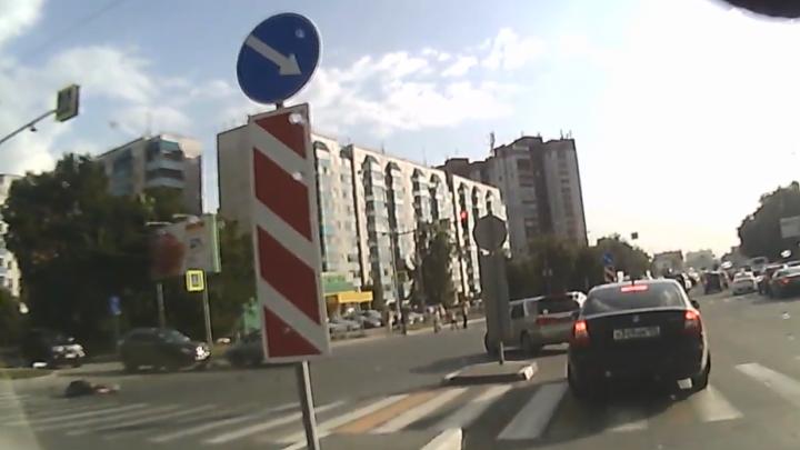 «Куда ты рулишь?»: угорелый парень без прав на мопеде врезался в женщину — почему её вина (видео)