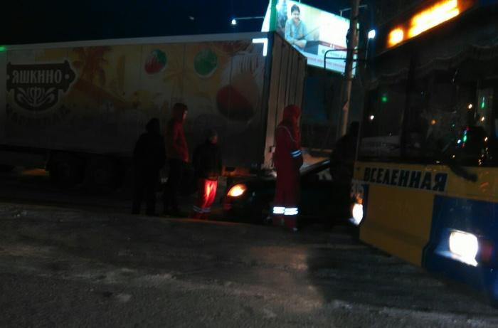 В аварии участвовали фура, троллейбус и иномарка