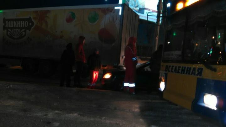 Авария с троллейбусом, фурой и иномаркой заблокировала проезд по Ватутина