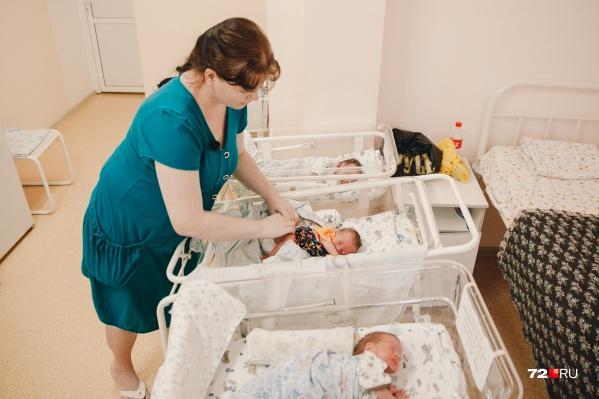 Софья Переладова с новорожденными дочурками в роддоме