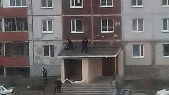 В Перми на козырьке подъезда жилого дома нашли тело мужчины