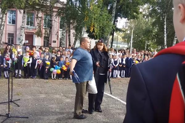 На праздничной линейке Александра Чуклина никто не поддержал
