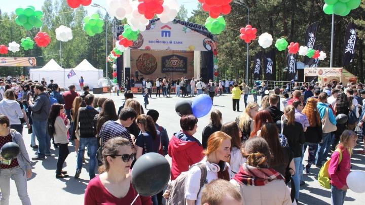 Сотни новосибирцев выстроились в длинные очереди за бесплатной едой в Заельцовском парке