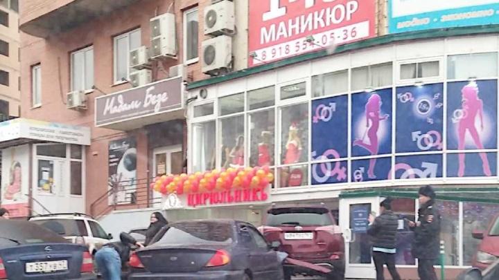 В Ростове водитель «Киа» протаранил два автомобиля