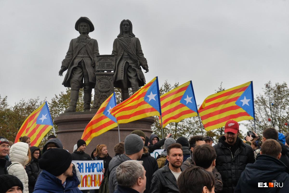 На площади Труда, которая находится перед памятником, часто проводят митинги