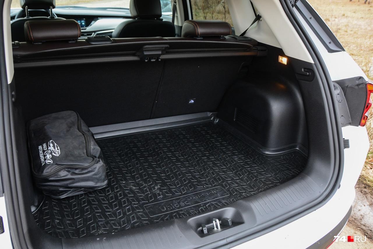 Объём багажника в 403 литра практически идентичен «кретовскому». Под полом — докатка
