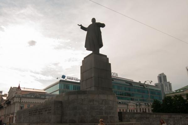 «И Ленин великий нам путь озарил». Хотя до вождя это делали император, Сталин и Ванька Голый