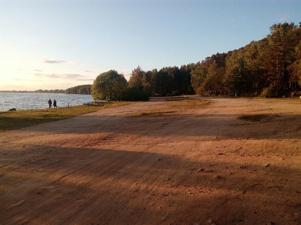 Накануне на восточном берегу озера не было ни одного автомобиля