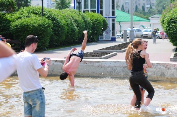 В жару молодежь не прочь окунуться в фонтан