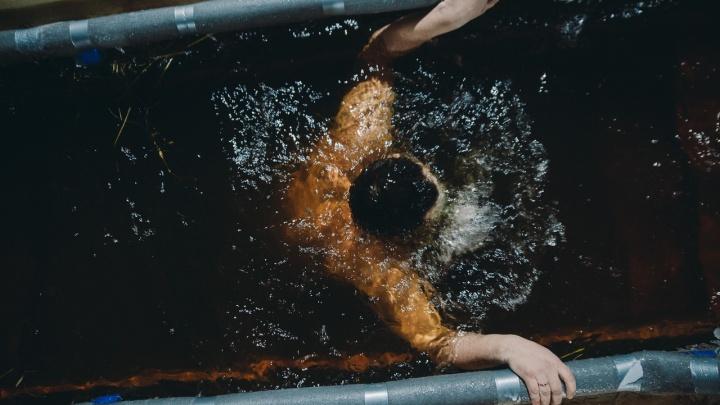 Грозные смотрители, отважные дети в ледяной воде иочереди к купелям: 17 снимков с Крещения в Тюмени
