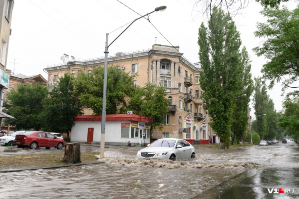 Огромные лужи на дороге Краснооктябрьского района разливаются после каждого дождя
